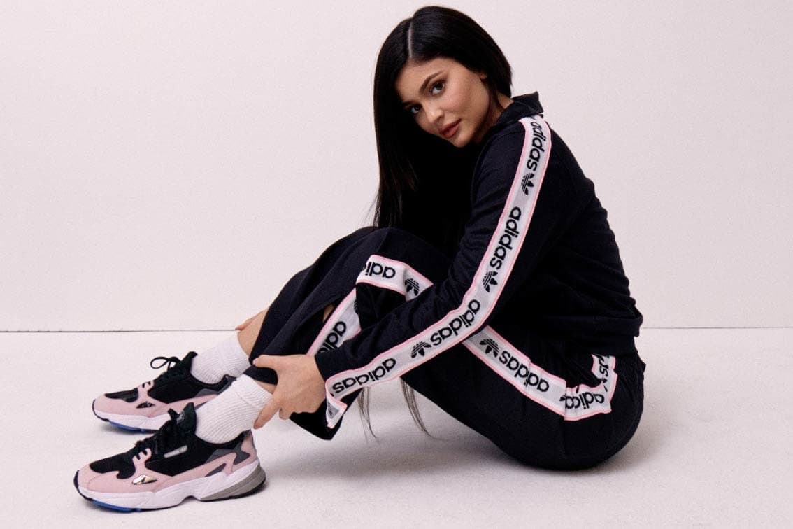 Kylie Jenner testimonial di Adidas Falcon: le daddy shoes