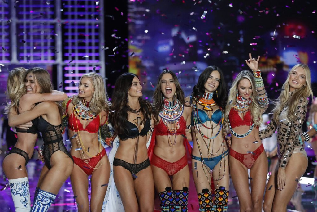 E' polemica Victoria's Secret non vuole modelle Lgbt o plus size_acrimoniamagazine