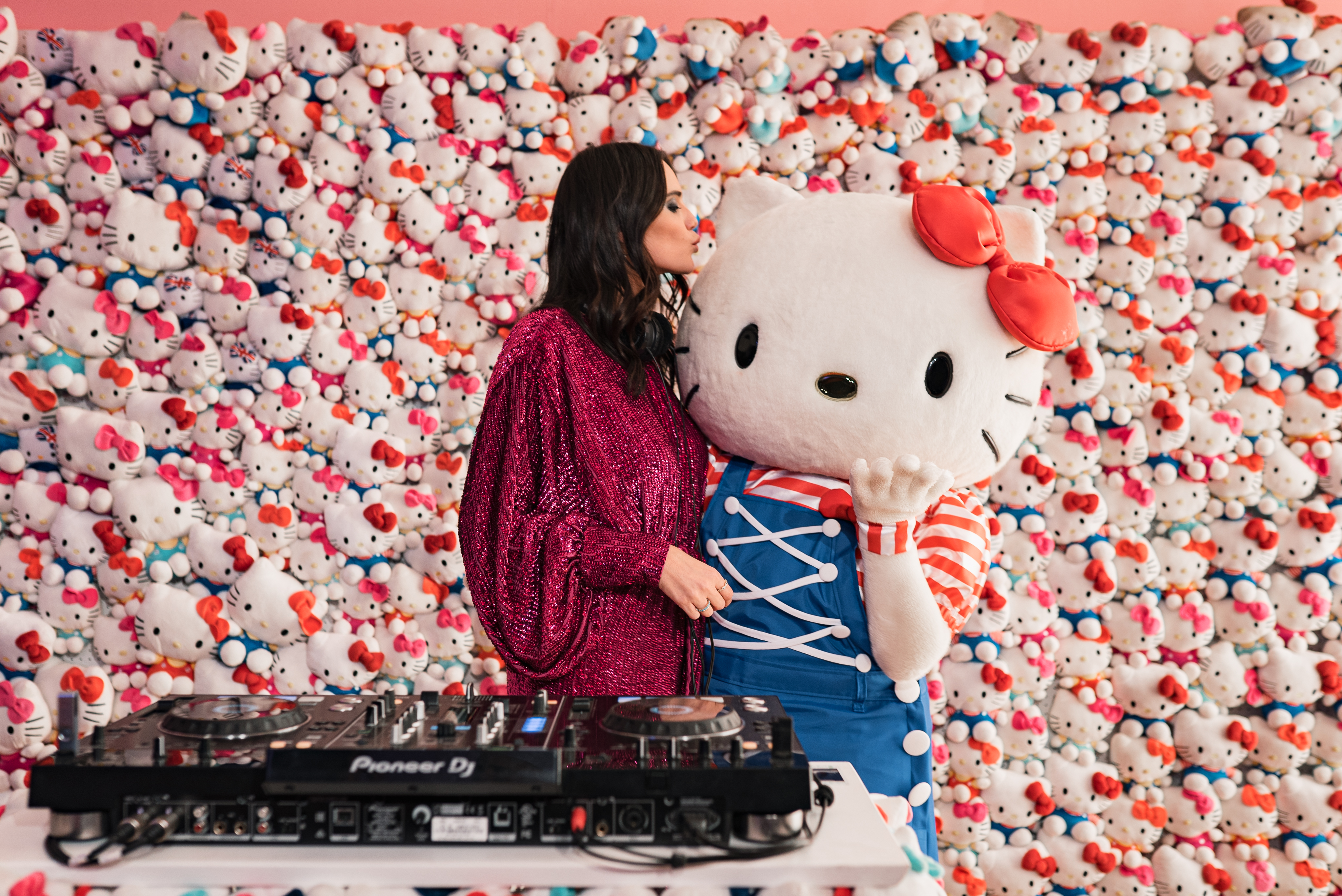 HELLO KITTY 45 TH PARTY_Beatrice Valli DJ set con Hello Kitty.jpg