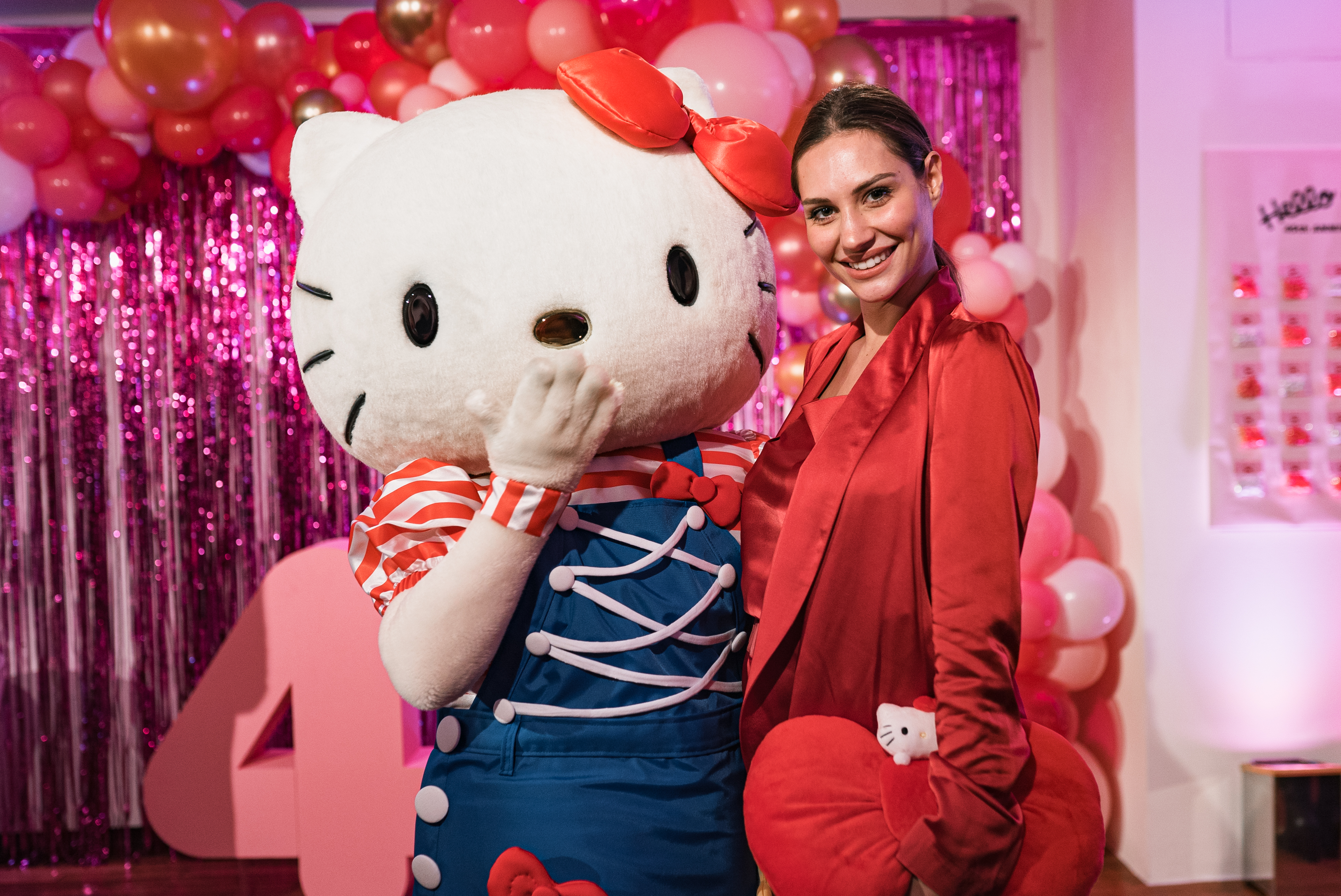 HELLO KITTY 45 TH PARTY_Beatrice Valli con Hello Kitty (2).jpg